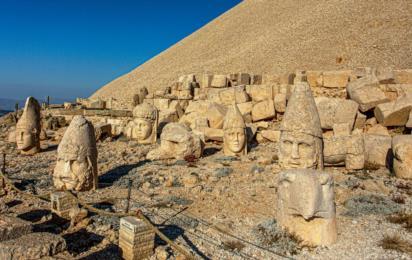Турция. Античные статуи на горе Немрут в Адыямане