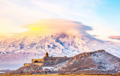 Армения. Гора Арарат. Восход солнца над Араратом. Монастырь Хор Вирап_