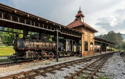 Сербия. Мокра Гора. Железная дорога Шарганска осмица. Поезд на станции